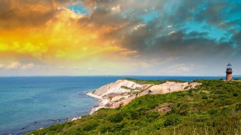 玛萨葡萄园岛上日落中的海岸灯塔