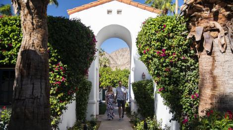在加利福尼亚州棕榈泉的拉金塔度假村俱乐部的一对夫妇