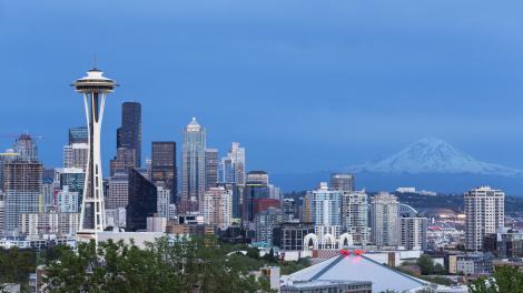 华盛顿州西雅图的太空针塔和瑞尼尔山