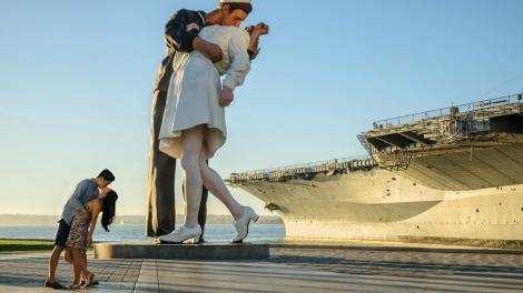 """圣地亚哥中途岛号航母旁的""""无条件投降""""雕塑"""