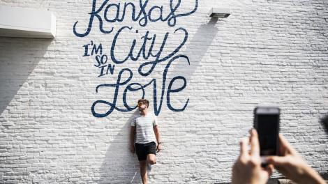 在密苏里州堪萨斯城的一幅壁画前拍照