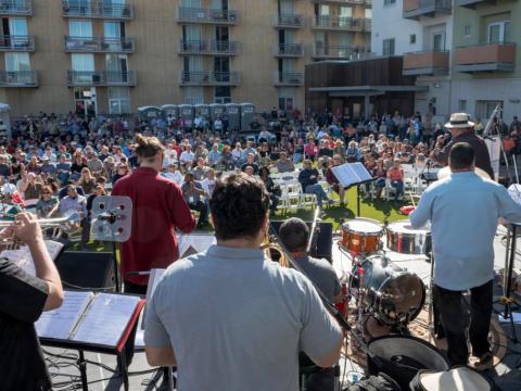 在图森爵士音乐节上为人群演奏