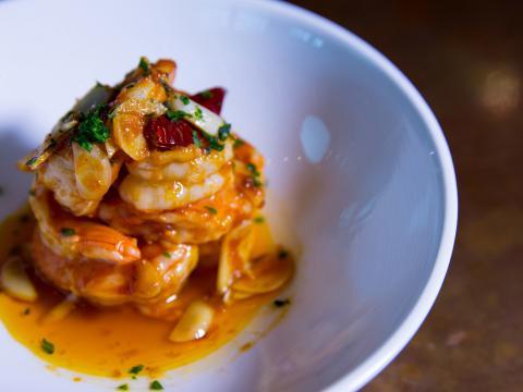 在阿灵顿水晶城的 El Jaleo 餐厅品尝大虾美食