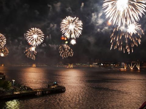 梅西百货美国国庆节烟花表演点亮夜空