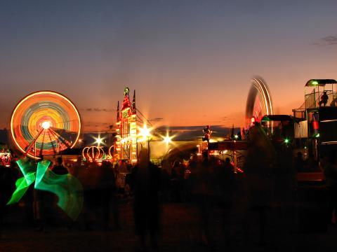 奥姆斯特德郡展会上灯火辉煌的摩天轮