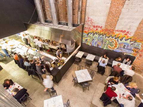 从空中鸟瞰 Acorn 餐厅的食客