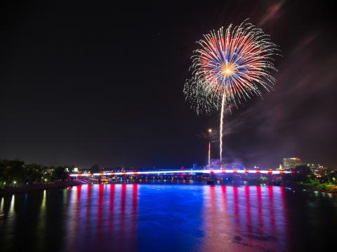 Pops on the River 音乐节上的星星和条纹灯光