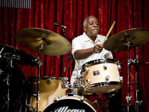 在波特兰爵士音乐节上献艺的鼓手