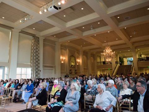 参加在阿肯色州州长官邸内举办的一场文学节日活动