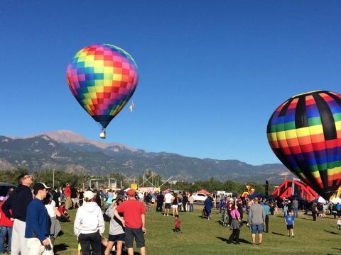 在科罗拉多斯普林斯劳动节热气球升空活动上缓缓升入天空的热气球