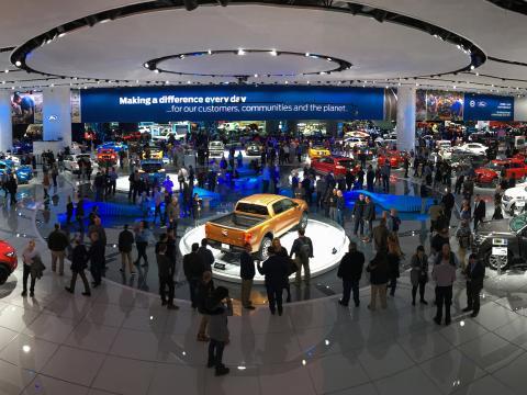 在底特律北美国际汽车展期间欣赏展览