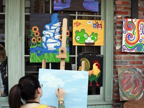 在莱克查尔斯春季艺术步道上观看艺术家创作