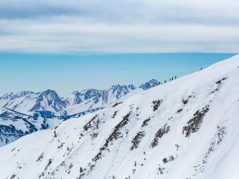 在蒙大拿州大天空市的 Shedhorn Skimo 长距离登山滑雪赛中,使用滑雪板登上山峰