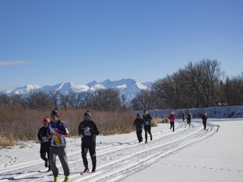 参加科罗拉多州阿拉莫萨 Rio Frio Ice Fest 5K 赛跑活动的参赛者