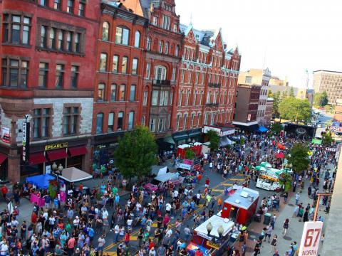 鸟瞰纽约州奥尔巴尼的 PearlPalooza 街头庆典