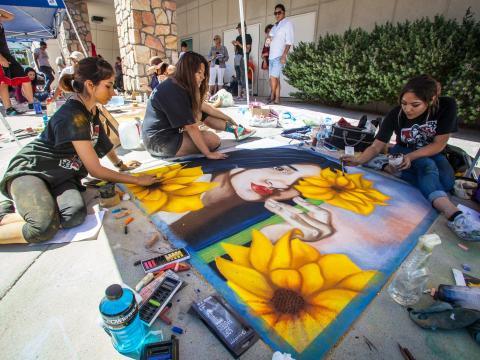 在德克萨斯州埃尔帕索 Chalk the Block 艺术节期间展出的现场粉笔艺术