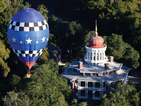 漂浮在密西西比州纳奇兹朗伍德府上空的热气球