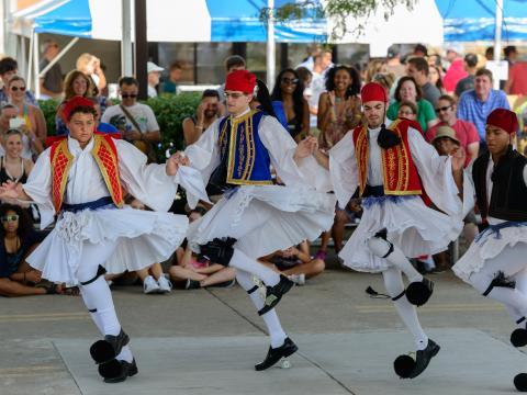 哥伦布希腊节期间表演的传统舞蹈