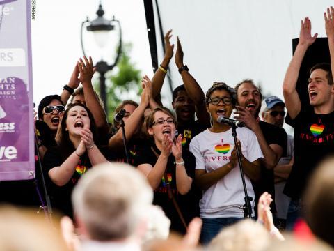 在北卡罗来纳州的 Out! Raleigh Pride 同志骄傲节上欢庆文化多样性