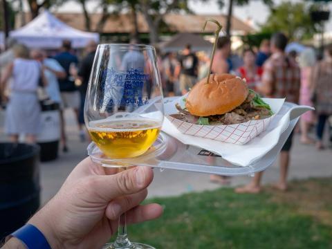在加州帕索罗布尔斯举行的酿酒师手艺大赛中,体验烤肉三明治与葡萄酒的美味搭配