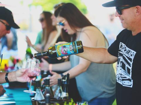 加州帕索罗布尔斯周末葡萄酒节期间向酒杯中倒入葡萄酒样品