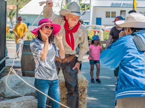 在加利福尼亚州圣塔克拉利塔乡村牛仔节与牛仔合影