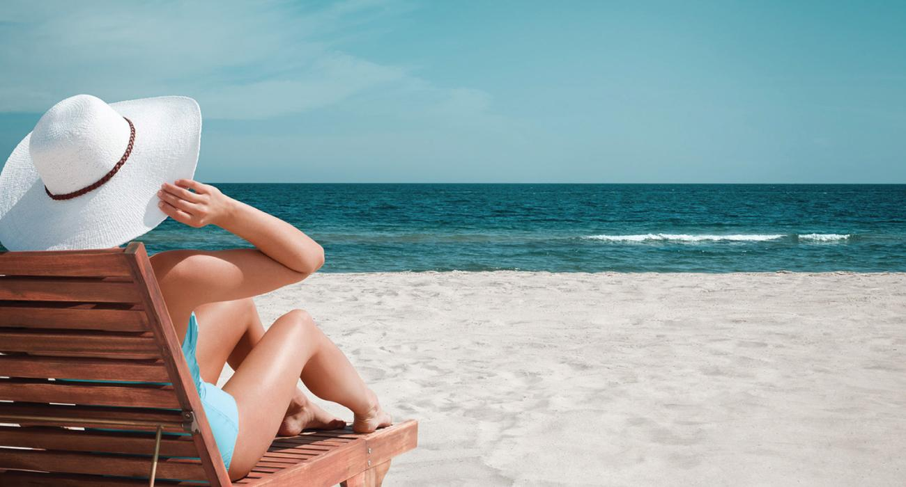 在美湾海岸的阳光下放松休息
